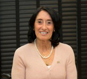 foto da secretária célia leão, ela sorri